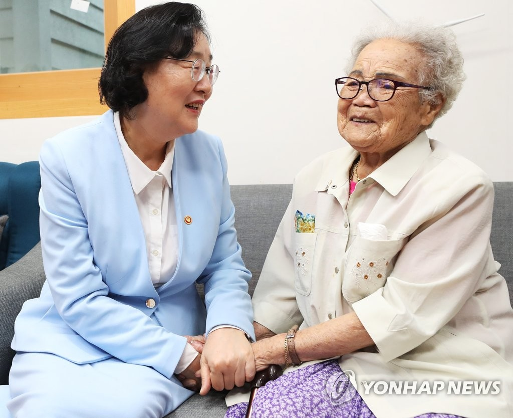韓新任女性部長走訪慰安婦受害者養老院