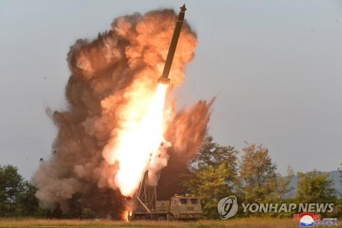 """朝媒報道金正恩指導""""超大型火箭炮""""試射"""