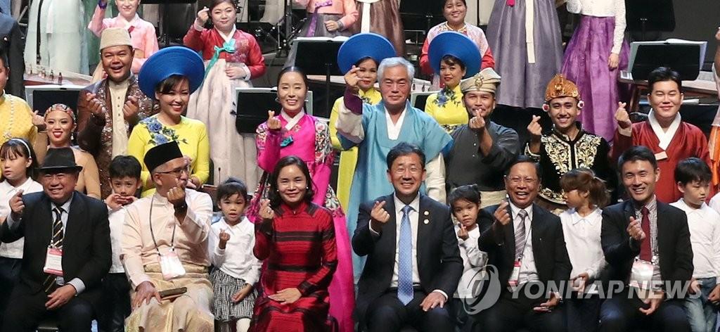 南韓和東盟特別文化部長會議與會者和演出人員合影留言。 韓聯社/文體部供圖(圖片嚴禁轉載複製)