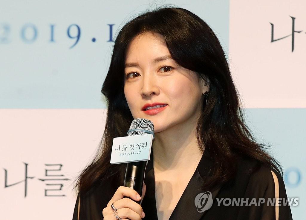 11月4日,李英愛在《請尋找我》發佈會上發言。 韓聯社