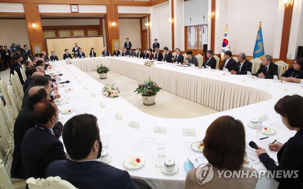 11月7日,南韓總統文在寅在青瓦臺接見亞洲太平洋通訊社組織(亞通組織,OANA)代表團。 韓聯社