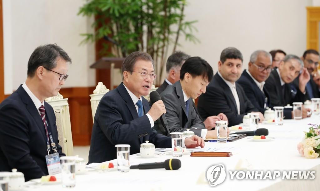 11月7日,南韓總統文在寅(左二)在青瓦臺接見亞通組織代表團。左一為韓聯社社長趙成富。 韓聯社