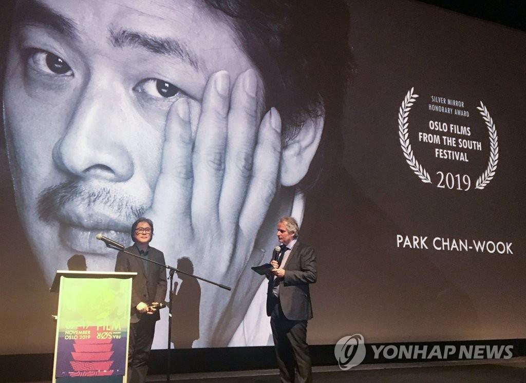 當地時間2019年11月7日,在挪威舉行的第29屆挪威南方電影節(Films from the South Festival)開幕式,南韓導演樸讚鬱榮獲名譽獎後發表感言。 韓聯社