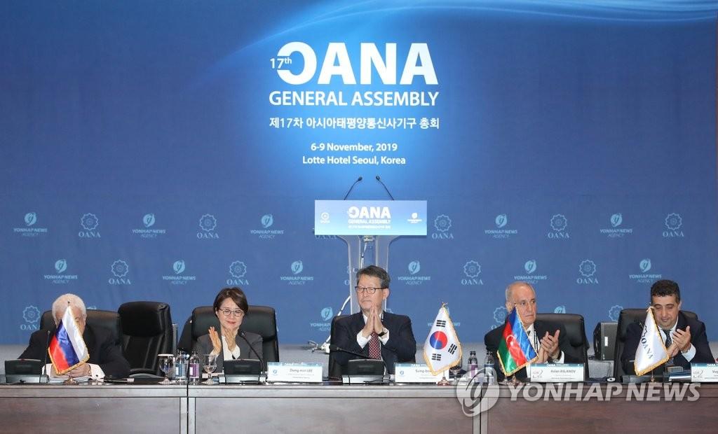 亞通組織新任主席趙成富(左三)和新任秘書長李東旼(左二) 韓聯社