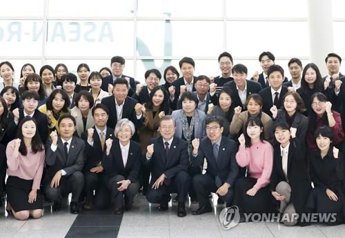 文在寅與韓-東盟峰會籌備組合影