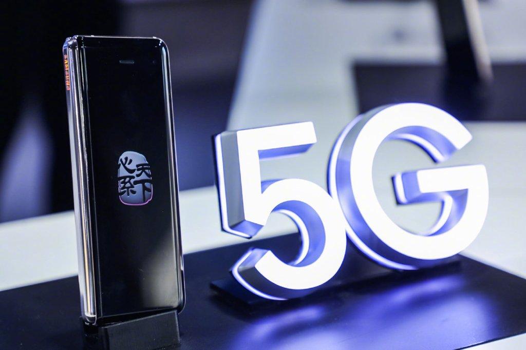 """資料圖片:當地時間11月19日,三星電子在中國發佈""""心繫天下""""系列W20 5G版折疊手機。預計該機售價將破2萬元。 三星微網志截圖(圖片嚴禁轉載複製)"""