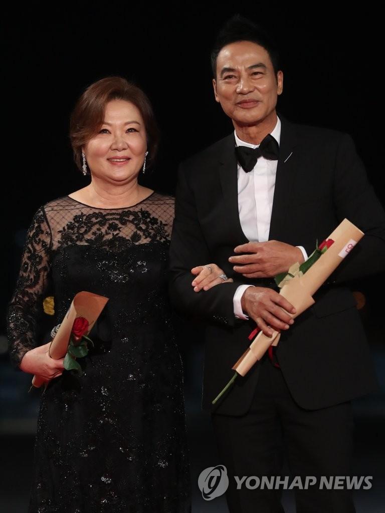 演員金海淑(左)與任達華 韓聯社