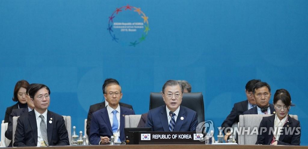 文在寅在南韓-東盟特別峰會第一階段會議上發言。 韓聯社