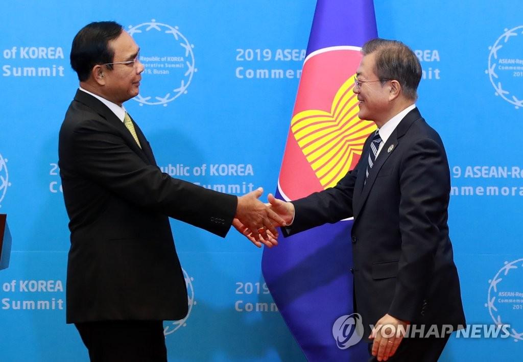 11月26日下午,在釜山會展中心,文在寅同東盟主席國泰國總理巴育握手。 韓聯社