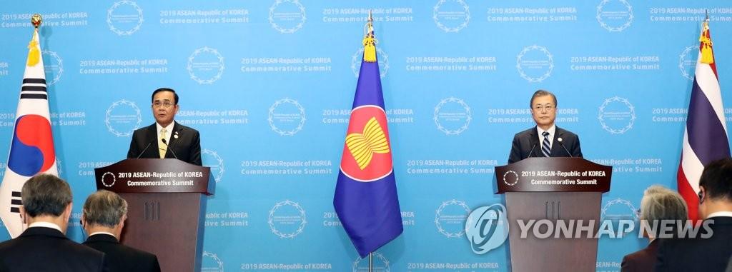 文在寅(右)在南韓-東盟特別峰會後發表聯合新聞公報。 韓聯社