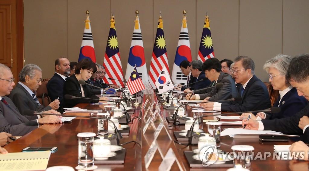 11月28日,在青瓦臺,文在寅(右三)和馬哈蒂爾舉行會談。 韓聯社