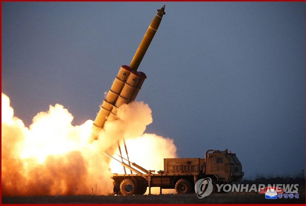 圖為朝中社官網公開的超大型火箭炮試射現場。 韓聯社/朝中社(圖片僅限南韓國內使用,嚴禁轉載複製)