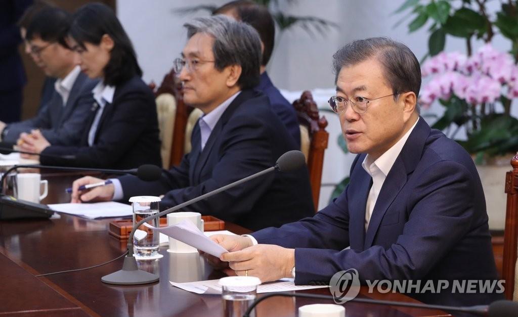 12月2日,在青瓦臺,南韓總統文在寅(右)主持召開首席秘書和輔佐官會議。 韓聯社