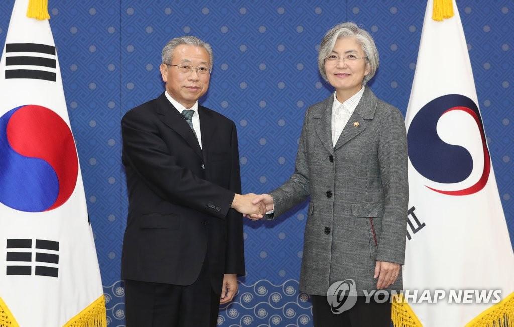 韓外長與山東省委書記劉家義握手