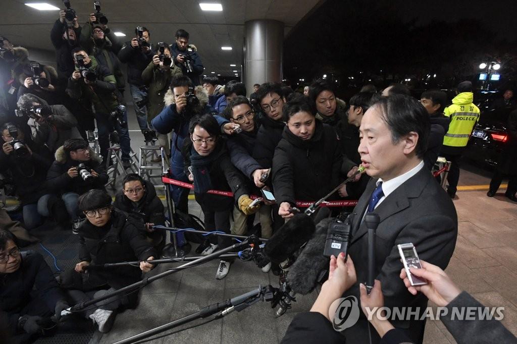 12月3日下午,日本新任駐韓大使富田浩司來韓履新。圖為富田浩司在金浦國際機場接受媒體採訪。 韓聯社