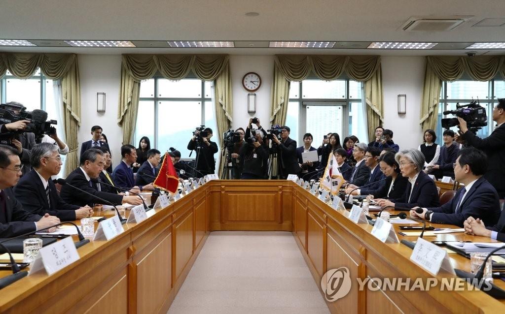 12月4日,在位於首爾的南韓外交部大樓,南韓外交部長官康京和(右二)與到訪的中國國務委員兼外交部長王毅(左三)舉行會談。 韓聯社