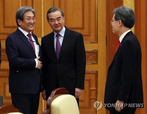 韓青瓦臺幕僚長與中國外長王毅