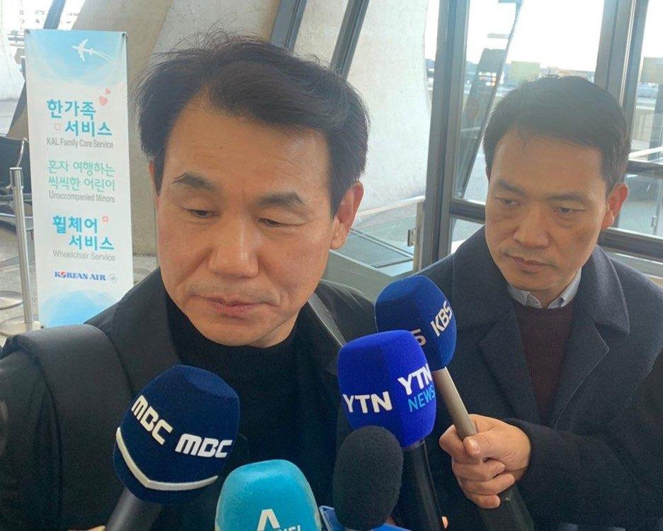 當地時間12月5日,鄭恩甫(左)在華盛頓杜勒斯國際機場接受記者採訪。 韓聯社