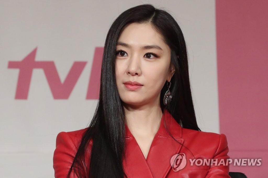 12月9日下午,在首爾四季酒店,徐智慧出席tvN新劇《愛情迫降》發佈會。 韓聯社