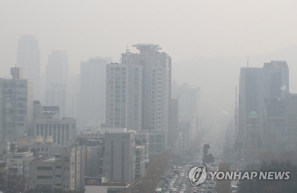資料圖片:12月10日,從首爾市瑞草區一帶眺望到的城區被灰濛濛的霧霾籠罩。首爾市當天發佈PM2.5預警。 韓聯社