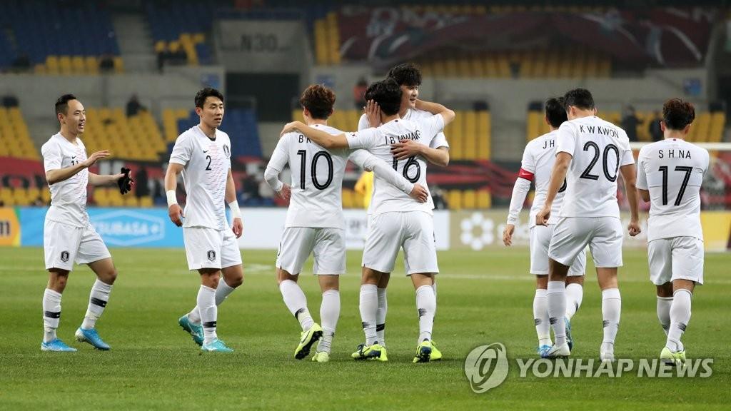 12月11日下午,在釜山亞運會主體育場舉行的東亞足球錦標賽南韓和香港比賽中,黃仁范進球後與隊友慶祝。 韓聯社
