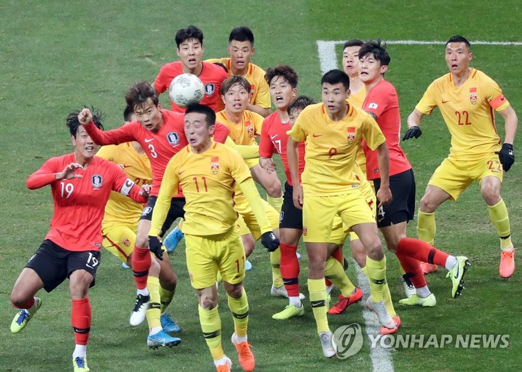 12月15日,在釜山亞運會主體育場舉行的2019東亞足球錦標賽(東亞杯)南韓隊迎戰中國隊的比賽中,兩隊球員在球門前全力搶球。 韓聯社