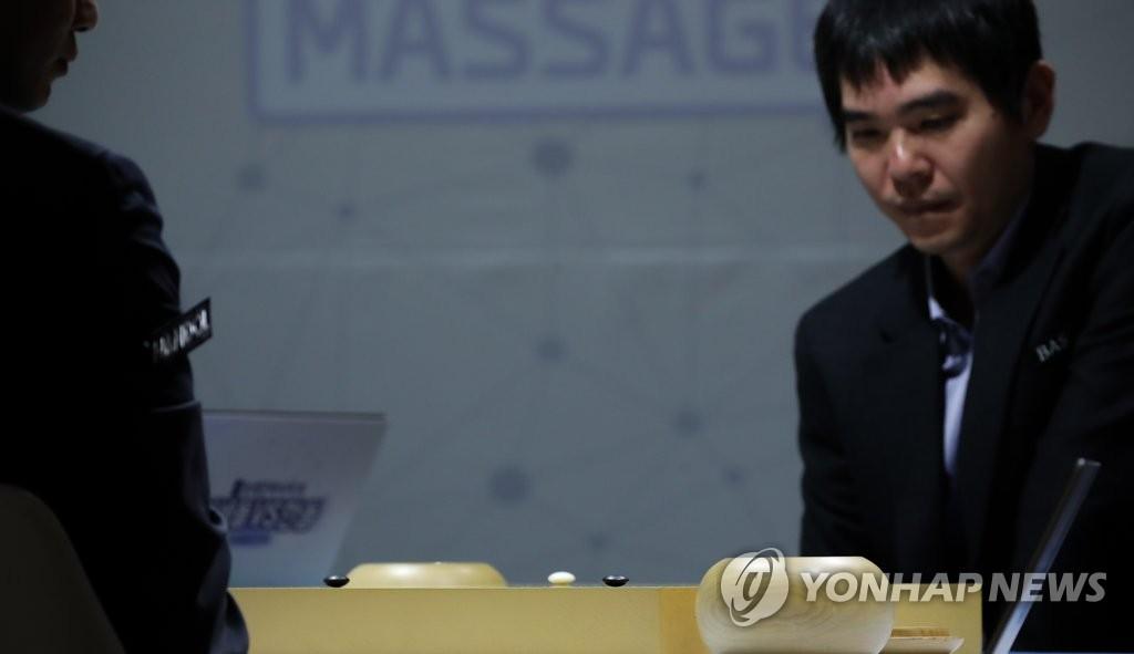 2月19日,在首爾市江南區醫械廠商Bodyfriend總部,李世石凝視棋局,陷入深思。 韓聯社