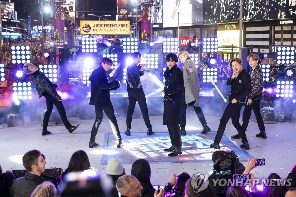 資料圖片:當地時間12月31日晚,在紐約曼哈頓時代廣場,防彈少年團獻上迎新年演出。 韓聯社/美聯社(圖片嚴禁轉載複製)
