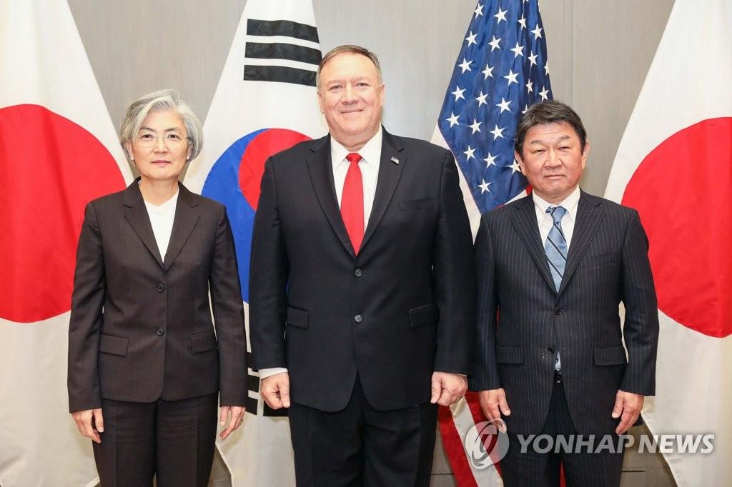 1月14日,在美國加州帕羅奧多,南韓外長康京和(左起)、美國國務卿蓬佩奧、日本外務大臣茂木敏充合影。 韓聯社