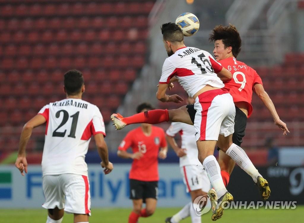 1月19日,在泰國進行的南韓對戰約旦的比賽中,南韓隊員趙圭成以頭搶球。 韓聯社