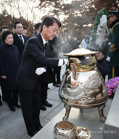 安哲秀參拜前總統李承晚