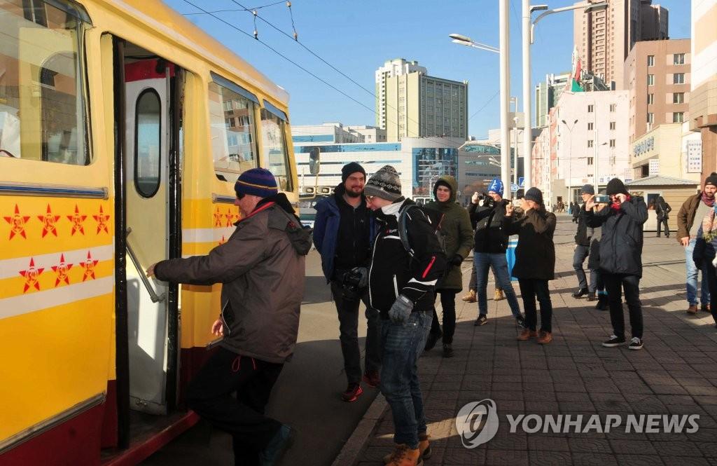 外國遊客坐無軌電車遊平壤