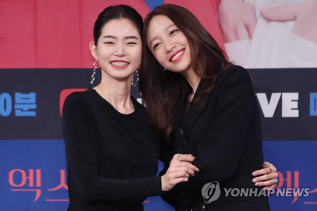 1月20日下午,在首爾市麻浦區MBC電視臺,HANI(安喜延,右)和黃勝妍亮相電視劇《XX》發佈會。 韓聯社