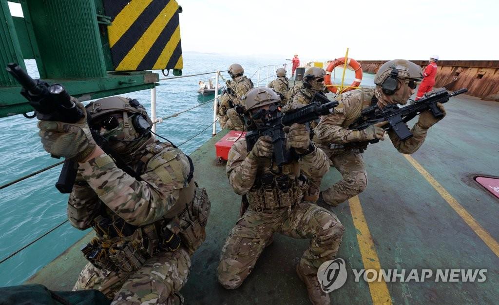 資料圖片:2019年12月13日,在慶尚南道巨濟島海域,南韓海軍清海部隊進行營救被劫船隻的演習。 韓聯社