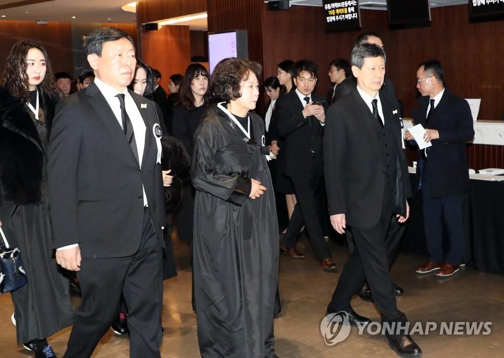 資料圖片:1月22日,在辛格浩的遺體告別儀式上,辛東彬(前排左起)、辛英子、辛東主送父親最後一程。 韓聯社