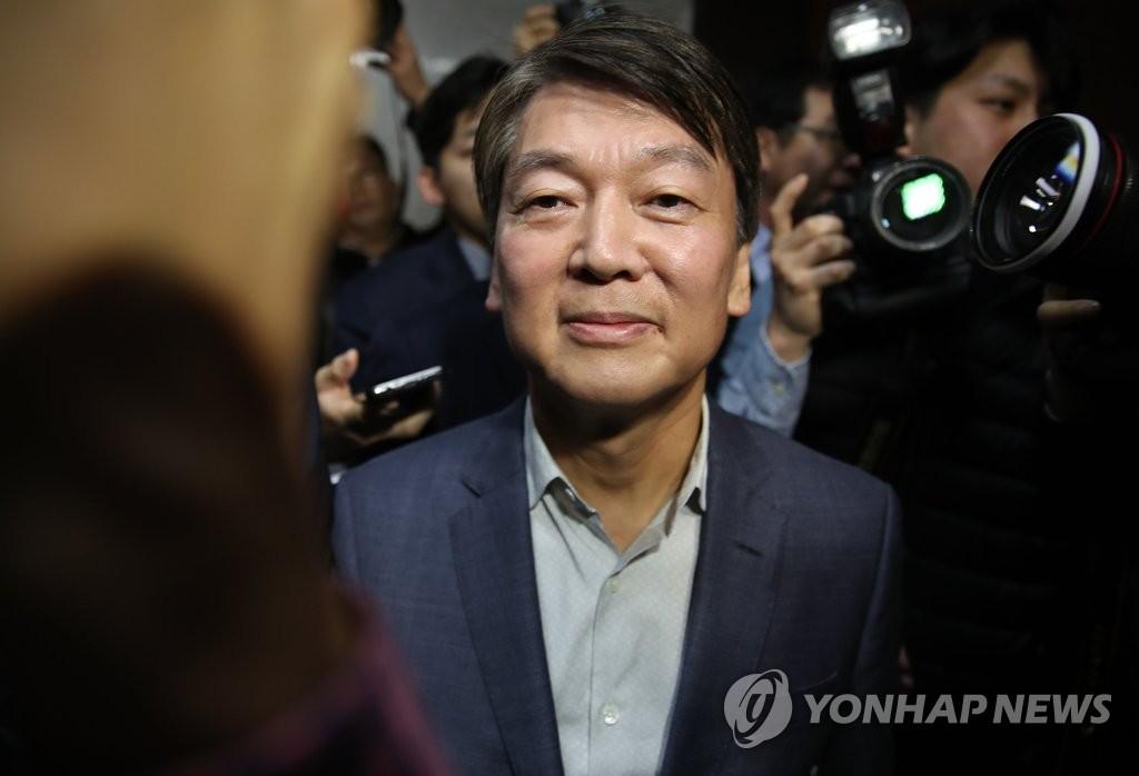 1月29日,在國會,安哲秀宣佈退黨後離開記者會場。 韓聯社