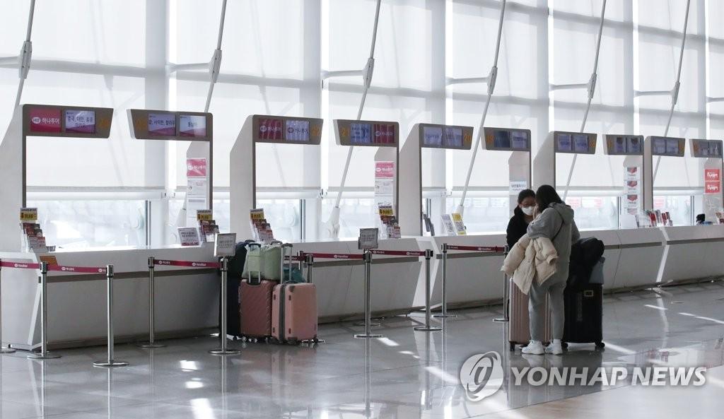 資料圖片:冷清的機場旅行社櫃檯 韓聯社