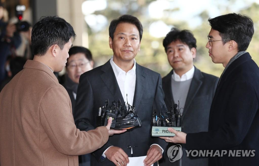 1月30日,在首爾中央地方檢察廳,南韓前青瓦臺秘書室室長任鐘皙因涉嫌介入2018年地方選舉接受檢方調查。 韓聯社