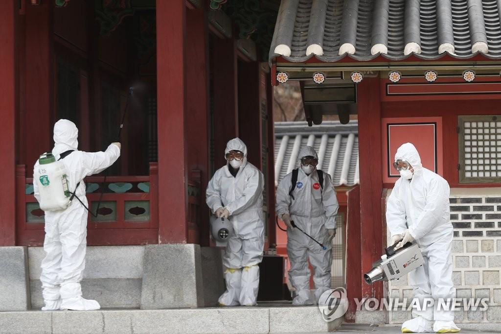 資料圖片:在景點進行消毒工作的衛生站工作人員 韓聯社