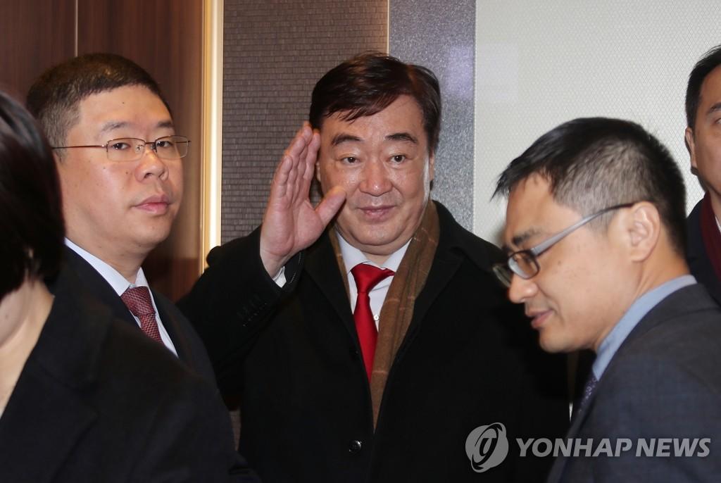 1月31日,在位於首爾鐘路區的南韓外交部大樓,中國新任駐韓大使邢海明招手致意。 韓聯社