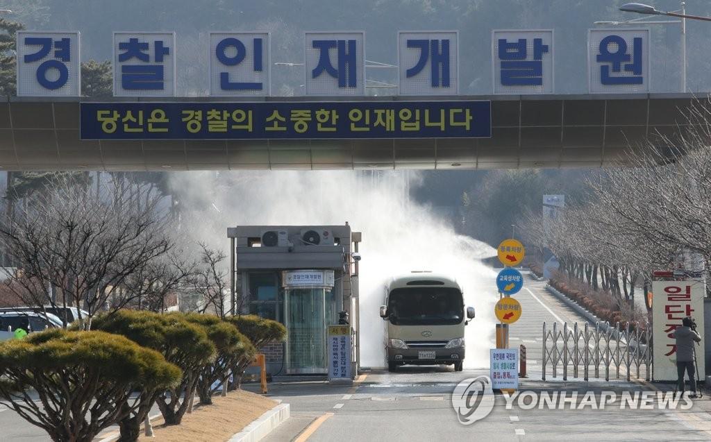 2月3月下午,在位於忠清南道牙山市的警察人才開發院,一輛汽車駛出自漢韓僑隔離設施前接受消毒。 韓聯社