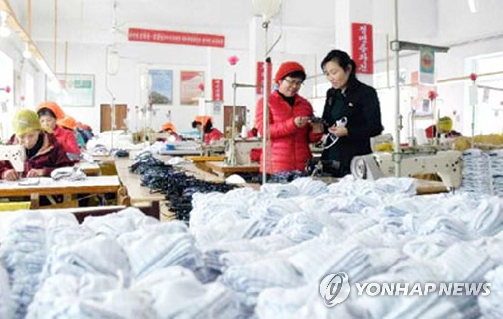 朝鮮《勞動新聞》2月6日報道,全國各地正在全力預防新型冠狀病毒流入。圖為一家服裝廠員工在生產口罩。 韓聯社/《勞動新聞》官網截圖(圖片僅限南韓國內使用,嚴禁轉載複製)