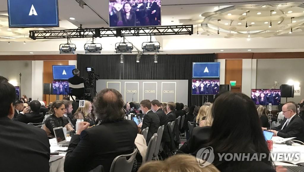 當地時間2月9日,在洛杉磯杜比劇院新聞中心,記者們為《寄生蟲》榮獲最佳影片獎而歡呼。 韓聯社