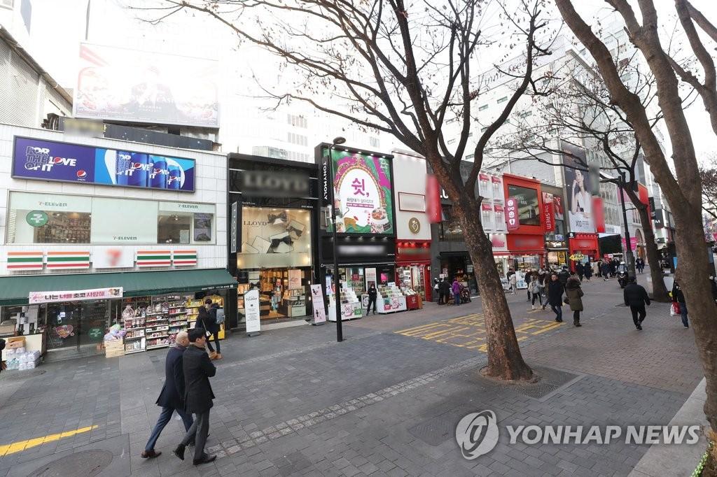 資料圖片:2月10日,受新冠病毒疫情影響,首爾明洞街頭空曠冷清,路人稀少。 韓聯社