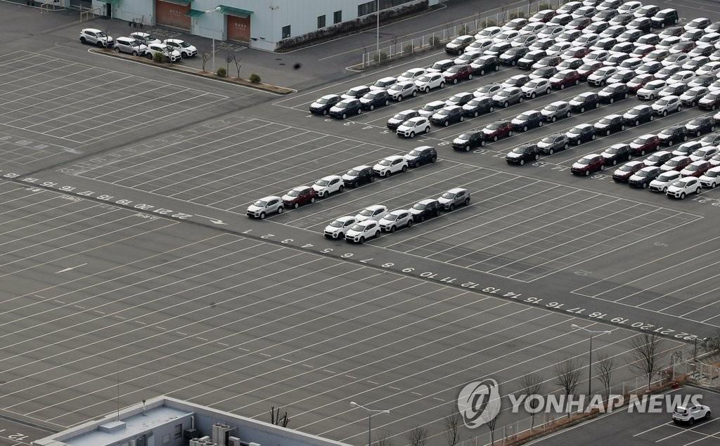 資料圖片:2月11日,在起亞汽車光州工廠,受中國零部件斷供引發工廠停工影響,整車停車場空出一大半。 韓聯社
