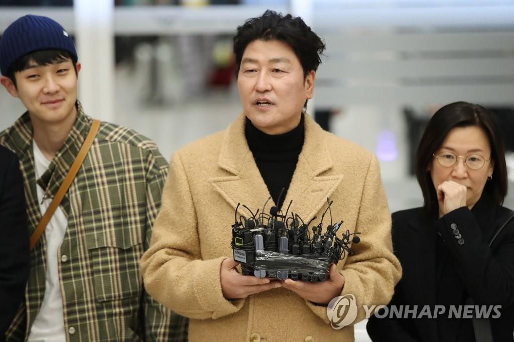 2月12日,在仁川國際機場第二航廈,主演《寄生蟲》的宋康昊(右二)接受媒體採訪。 韓聯社