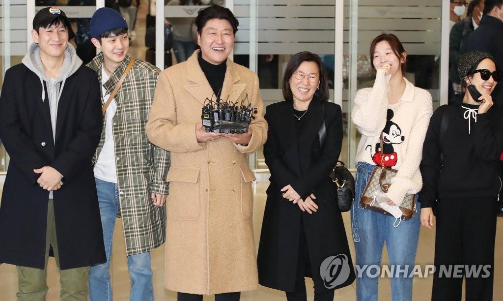 2月12日,在仁川國際機場,參演電影《寄生蟲》的演員們接受媒體採訪。 韓聯社