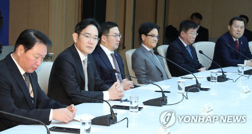 2月13日上午,在大韓商工會議所,崔泰源(左起)、李在鎔、具光謨等企業集團總裁出席經濟界應對新冠疫情座談會。 韓聯社