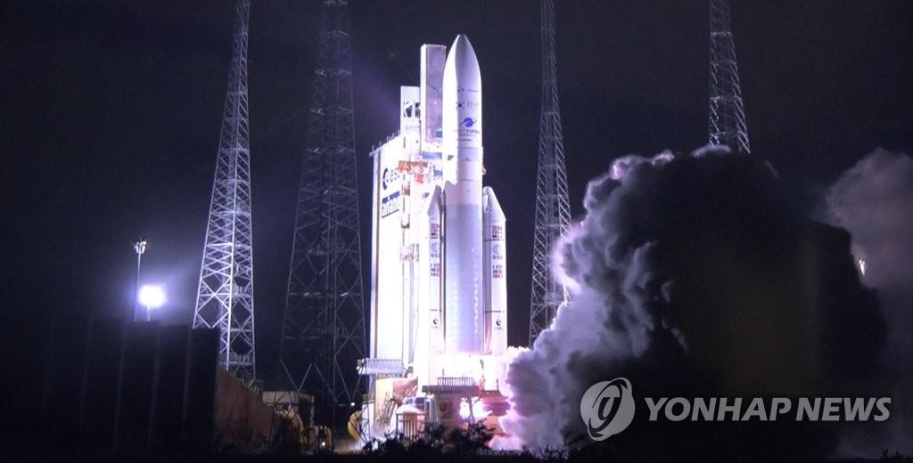 """資料圖片:當地時間2月18日,在法屬蓋亞那宇航中心,法國阿麗亞娜航太公司的運載火箭""""阿麗亞娜5""""型火箭搭載""""千里眼2B""""號衛星等待發射。 韓聯社/聯合採訪團"""