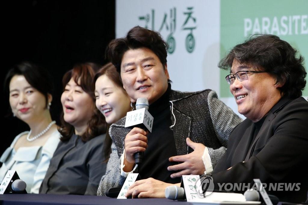 2月19日,在首爾威斯汀朝鮮酒店,演員宋康昊(右二)出席記者會併發言。 韓聯社